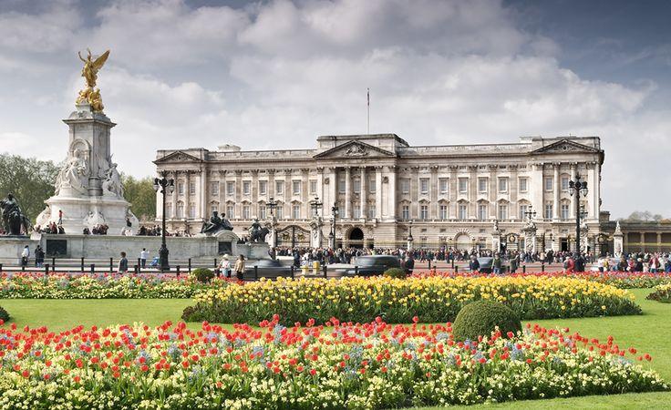 O Palácio de Buckingham, em Londres, na Inglaterra, existe desde 1820, mas virou a residência oficial da família real inglesa em 1837, no reinado da rainha Vitória. Atualmente, também funciona com a sede administrativa da monarquia. Buckingham tem 775 quartos, alguns abertos para visitação. A coleção de arte do palácio é enorme. Outra curiosidade é que ele tem mais de 40 hectares de jardins, além de lago, quadra de tênis e pista para pouso de helicóptero