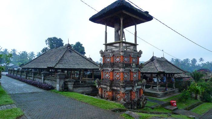 Panglipuran village, Bali. It is suggested that the Pura, as the holiest building, is built on the north (headwaters) of the site, while the house should be at the center of the village (pawongan) with the cemetery to the south. Photo by Rahma Yulianti.