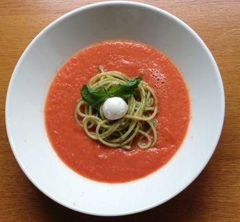 夏にぴったりの冷製スープのガスパチョに浮かべたのは、バジルソースでつくるジェノベーゼパスタ。トマトとバジルの風味が良く合う一品です。
