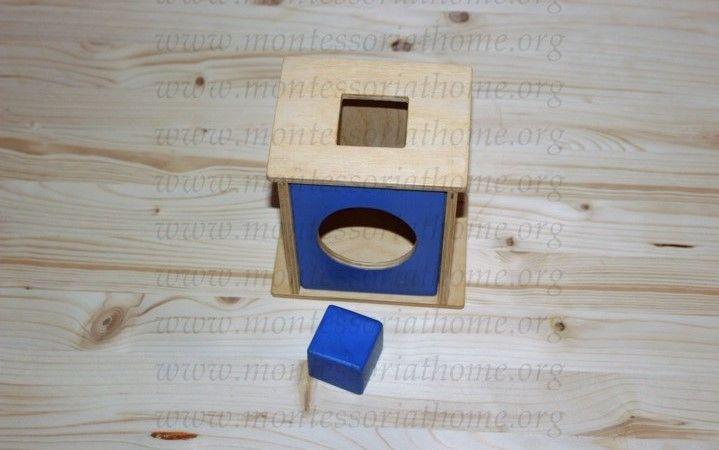 Attività dell'imbucare cubi Montessori.