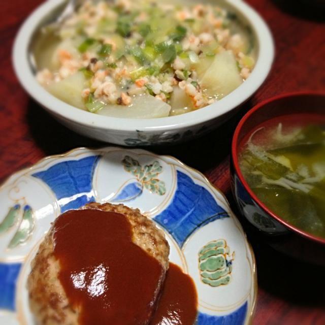 本日の夕飯。久々にカブ使った〜。  ハンバーグは叔母に手伝って頂きました。 ソースはケチャップ&中濃ソース&ちょびっと豆乳! - 5件のもぐもぐ - ハンバーグ&カブのエビ椎茸あんかけ&ワカメともやしの味噌汁 by palico