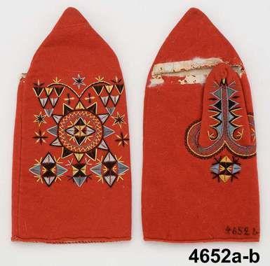 Ett par brudhandskar fr. Järfsö sn. Ca 1825-1860. V. Helsinglands fgd. Helsingland. Af rödt ylle, broderade med kulört silke och fodrade med skinn.