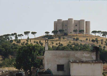 Castel del Monte, Apulien  Unter Friedrich II. um 1238 errichtetes Jagdschloss, gilt als die Krone der staufischen Baukunst. Ausschließlich aus dem Achteck entwickelter Baukörper mit acht achteckigen Außentürmen.