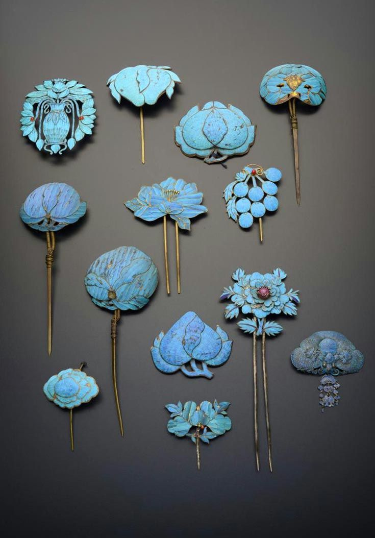 China | Thirteen gilt metal and Kingfisher feather hairpins; variously formed, one as a bat with a shou character to its back and a tassel of twin fish and cash, another a vase with lotus emerging from it, the remainder formed as fruits and flowers, 19cm max | Qing Dynasty | 2'800£ ~ sold (May '15)