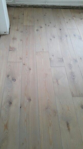 Grenen vloer licht grijs gekleurd en gelakt. Uitgevoerd door onderhoud van parket.