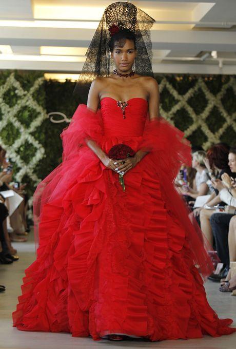 Higlights uit de bruidsmodecollectie voorjaar 2013 van Oscar de la Renta: rood en lieflijk blauw, Chantillykant, Spaanse kam, organza en tule. Welke bruid durft een pantsuit te dragen?