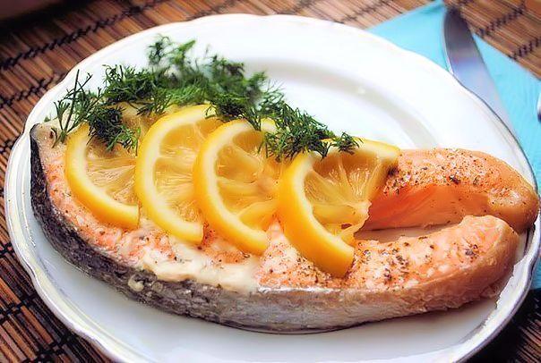 Лосось, запеченный в фольге - Kurkuma project (Проект Куркума) Стейки из красной рыбы — одно из моих любимых блюд. В данном рецепте приготовим стейк в духовке. Таким же образом я готовлю и другую красную рыбу — горбушу, кету. Но к ним я добавляю немного масла (чуточку) или майонез. Так рыбка получается сочнее. Главное в данном рецепте — не передержите рыбу!