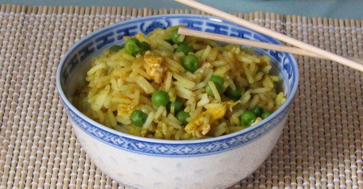 Come preparare il riso al curry cinese, primo vegetariano facile e veloce con basmati, uova e piselli, fatto in casa come al ristorante cinese