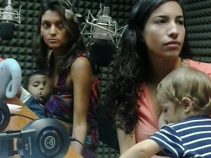 Mujeres comprometidas con la construcción de un mundo amoroso y solidario. Junto a sus bebés amamantados. — con Arepita de Manteca.