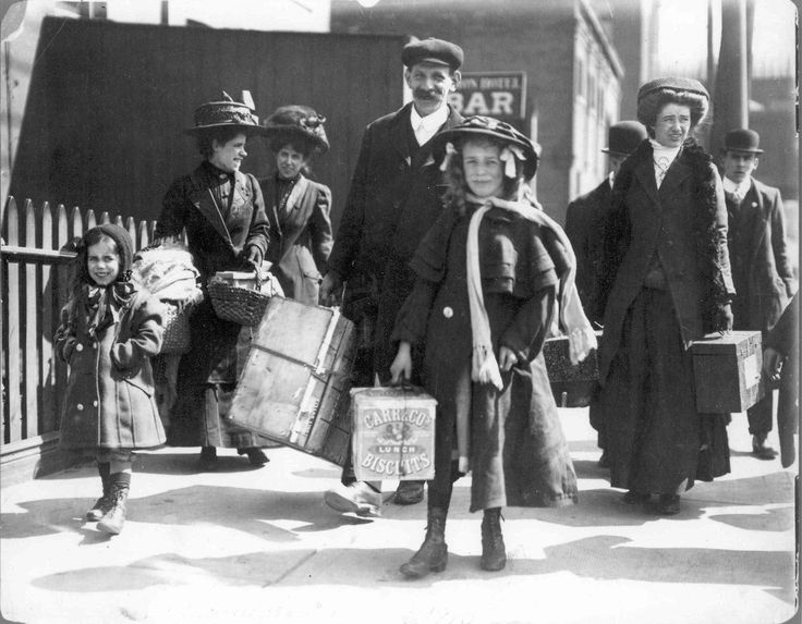 British immigrants arriving in Toronto, 1908 .© City of Toronto Archives
