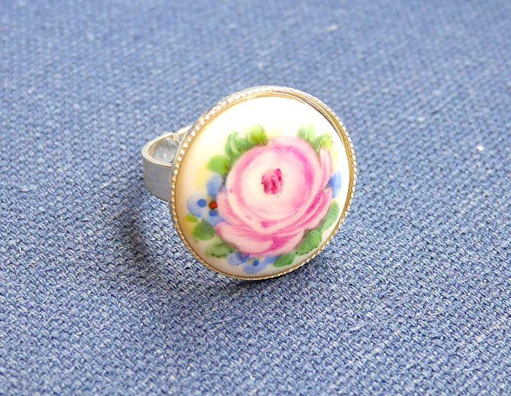Ring mit Rosenmalerei auf Porzellanmedailon