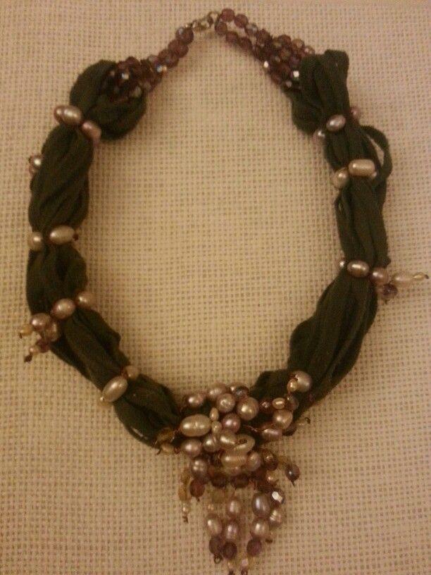 Collana con fettuccia di cotone e perle di fiume