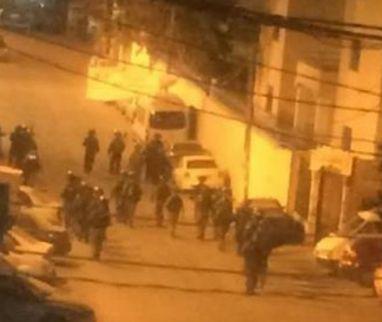 Tentara Zionis menculik 24 warga Palestina termasuk 9 anak dan seorang perempuan di Yerusalem  YERUSALEM (Arrahmah.com) - Tentara Zionis menyerbu puluhan rumah di berbagai belahan Yerusalem Timur yang diduduki pada Kamis (15/12/2016) dan melakukan penggeledahan dengan cara yang brutal sebelum menculik 24 warga Palestina termasuk seorang perempuan dan sembilan anak.  Pusat Informasi Wadi Hilweh (Silwanic) di Yerusalem mengatakan kebanyakan penculikan dan invasi dilakukan di Silwan…