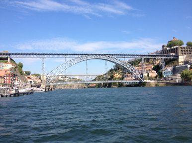 Porto: architectuur én port! - via Restyle Your House 24.05.2015 | Staat deze Portugese stad nog steeds op je Bucket List? Plaats 'm dan meteen met stip op 1 en boek nog deze zomer een stedentrip! Niet alleen vanwege het klimaat, cultuur, sfeer én de vele porthuizen die Porto bezit, de architectuur is zeker net zo boeiend. #porto #portugal #reizen