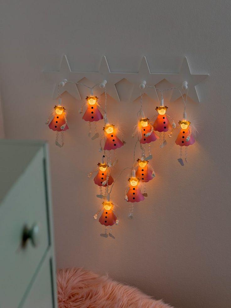 Søt slynge med 10 lysende engler med fjær og perler. Slyngen er produsert av Konstsmide og vil være meget dekorativ på barnerommet.