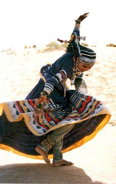 Gitana do Cineasta Toni Gatlif, Latcho Drom Dancings woman in her traditionnal clothing