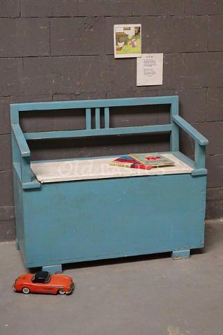 Klepbank 60004 - Stoere houten kinderklepbank, blauw van kleur. Het bankje is een leuke eyecatcher in de kinderkamer! Ideaal te gebruiken als opbergruimte voor speelgoed. Webshop: WWW.OLD-BASICS.NL brocante, vintage, industrieel, shabby chic