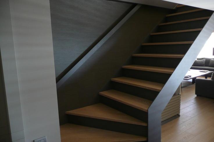 Escalera de acero forrada en parquet con base de tablero for Escaleras de parquet