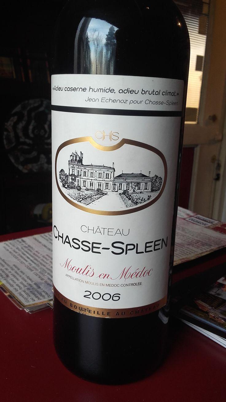 Chateau Chasse Spleen Grand Cru 2006 Vino visokog kvaliteta. Vreme starenja je od 12 do 14 meseci u hrastovim buradima što ovom vinu daje elegantan ukus.  Odlične arome u kojoj dominira kupina, višnja i šljiva. Procenat alkohola: 13% Cena: 9.500 dinara Vino je direktno stiglo iz podruma proizvođača i poseduje kompletnu dokumentaciju o poreklu. Za sve ostale informacije u vezi vina pozovite 011/7113938 ili 063/238322 ili dođite u našu vinoteku.