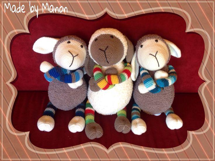 Drie gehaakte schapen. Twee met muziekdoosje en eentje met rammelaar. Patroon is Schaap Suusje van Stip en Haak.