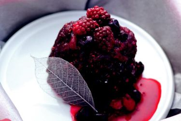 Berry chocolate puddings