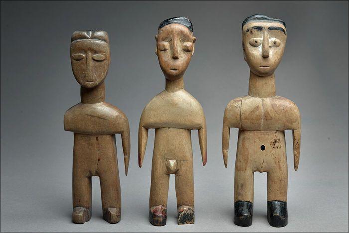 Set van 3 Venavi - ÉWÉ - Twins - Togo Benin Ghana  3 ÉWÉ Venavi Twins (Togo Benin).3 ÉWÉ twin beeldjes (Togo Benin).3 Venovi ooi Zwillingsfigur175 185 cm & 19 cm69; 73 en 75 inch.De ÉWÉ leven in een kustgebied die loopt van Ghana Togo en Benin tot degrenzen van Nigeria.Ze oefenen een cultus van tweeling zeer vergelijkbaar met die van de Yoruba en het is inDit kader die deze cijfers zijn in verschillende stijlen.Hun stijl is soms beïnvloed door de nabijheid van (Ghana naast Nigeria de Yoruba…