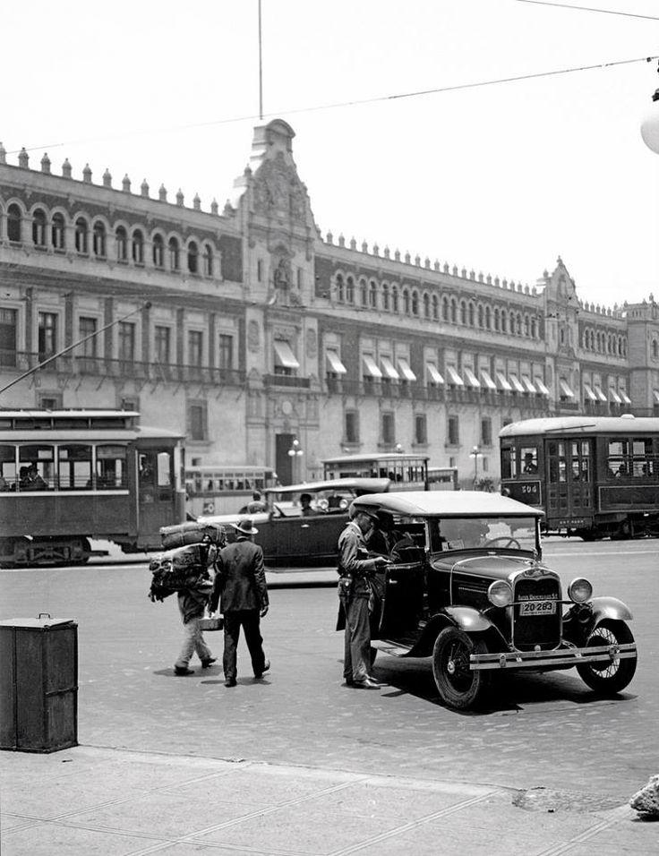 """""""El conductor de un Ford Phaeton 1930 charla con un policía frente al Palacio Nacional, en el Zócalo de la Ciudad de México, en 1931""""."""