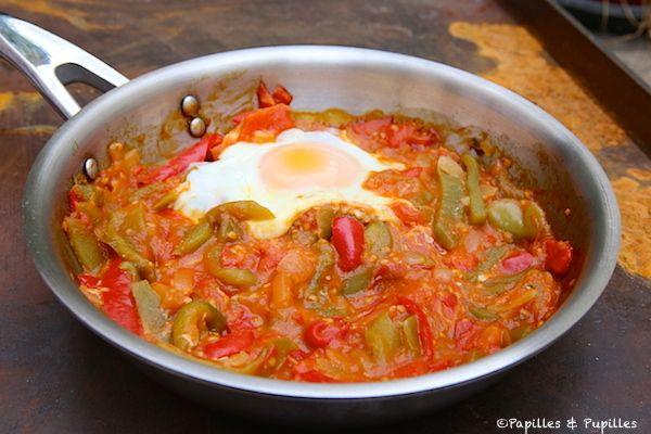 PIPERADE / 4 œufs, 800 g de tomates, 2 oignons, 2 poivrons verts, 4 piments rouges doux, 1 pincée de sel, 1 pincée de poivre, 1 CS de sucre en poudre, 3 CS d'huile d'olive ( voir le site pour + d'infos)