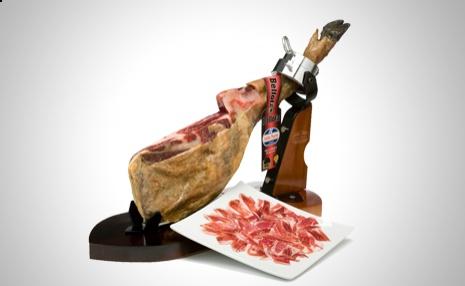 La carne dulce, untuosa y fragante de los Jamones Guijuelo provoca en el paladar una explosión de aromas delicados http://www.doferta.com/paleta-iberica-de-bellota-d.o.-guijuelo.html