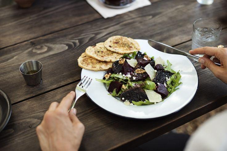 Un'insalata estiva perfetta come pasto per il pranzo o per la cena, ricca di carboidrati da fonti vegetali, ricca di fibre e con il giusto apporto proteico per renderla nutriente e saziante. Ti basterà scegliere