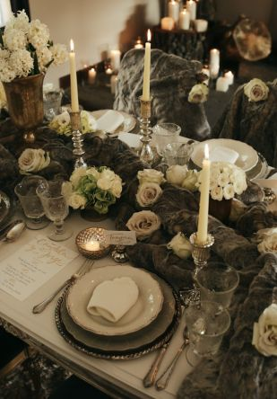 Love&Winter  Inspiración para bodas de invierno: elegantes, íntimas y sofisticadas. Decoración mesa boda, colores neutros y dorado, decoracion mesa pieles, rosas blancas, lettering dorado.