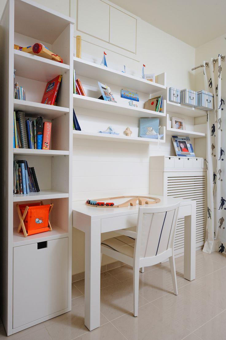 Βιβλιοθήκη, ράφια, γραφείο, καρέκλα και επένδυση καλοριφέρ από λευκή λάκα.