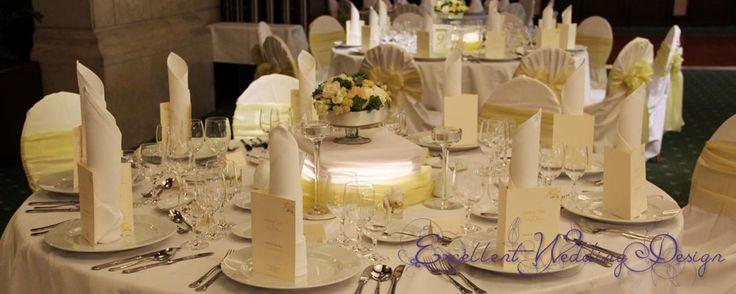Fehér és ekrü-esküvői dekoráció, vendégasztal