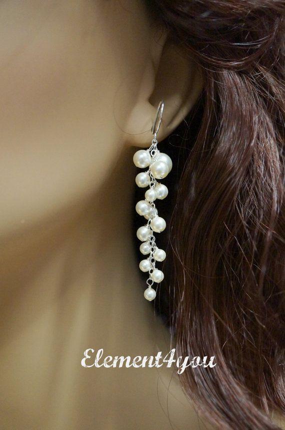 Ein paar atemberaubende Braut Ohrring mit allen Swarovski Perlen in verschiedenen Größen hergestellt. Gesamtlänge ca. 2,5 Zoll lang und fertigen mit einem massivem Sterling Silber Ohr Draht.  Alle verwendeten Materialien sind massiv Sterling-silber.  Mit Perlen weiß oder IVORY erhältlich. Bitte geben Sie Ihre Präferenz beim Check-out.  Link zur passenden Halskette: https://www.etsy.com/ca/listing/186796493/bridal-necklace https://www.etsy.com/ca&#x...