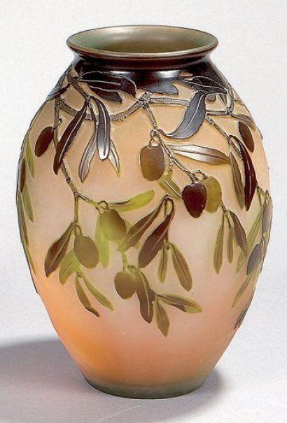 """GALLÉ Émile (1846-1904)  Vase ovoïde en verre multicouche, à décor tombant d'olivier brun et vert dégagé à l'acide sur un fond blanc et rosé. Signature en réserve gravée à l'acide. Étiquette ancienne """"Gallé Nancy Paris"""". Hauteur : 21 cm - Estimation : 1 200 - 1 500 €  Résultat : 1 500 €"""