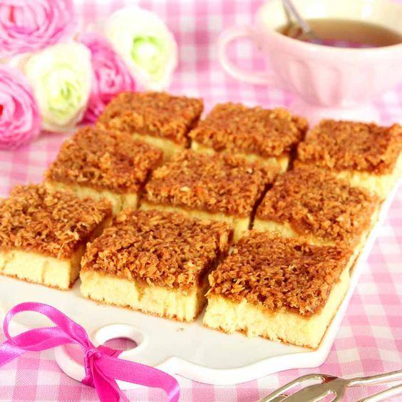 Lättbakad, saftig kaka med en knäckig kokostopping sötad med farinsocker.