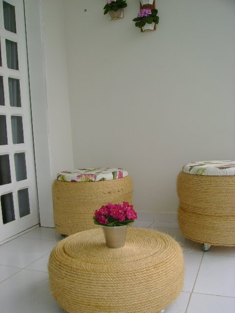 Not in english..but can follow via pictures...  tires into chairs and table. .AMO CRAFT: Tutorial conjunto puff e mesa com pneus (reciclagem)