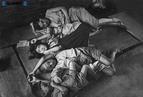 米の欠配が続き、夏の暑いさなか、栄養失調状態で、ただ寝ているだけの母子。昭和21年