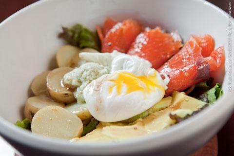 Tea Connection (almoço)    Salada de salmão defumado: Salada verde, ovo pocheé, salmão defumado, abacate e batatinhas com molho tártaro, pepinos e Dill