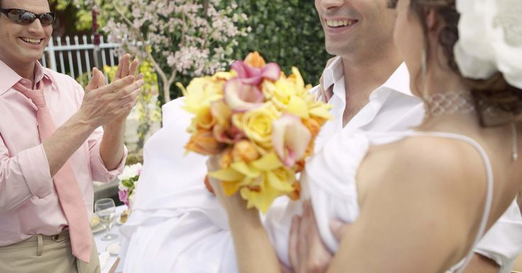 Cómo vestirse para una boda al aire libre. Una boda al aire libre puede ser en la playa, en un parque o incluso en el jardín de la casa. Como una boda al aire libre es considerada menos formal por muchas personas, elegir el atuendo adecuado puede resultar difícil. Si bien puedes querer vestirte de manera menos formal, también debes tener cuidado de no lucir demasiado casual. Hay algunas ...