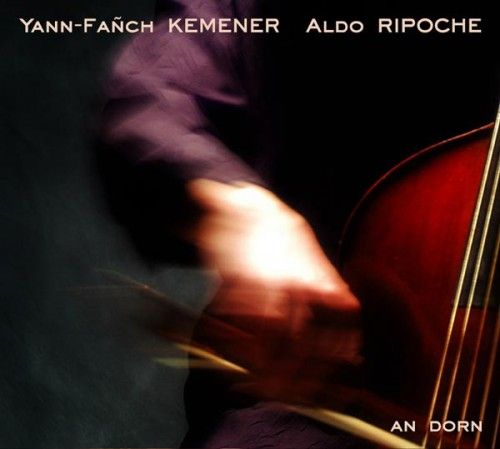 In 2000,Yann-Fañch Kemener started working with Aldo Ripoche, a classically trained cello and viola de gamba player. Since then, both musicians have initiated a novel exploration of the traditional Breton song repertoire through the prism of baroque music.