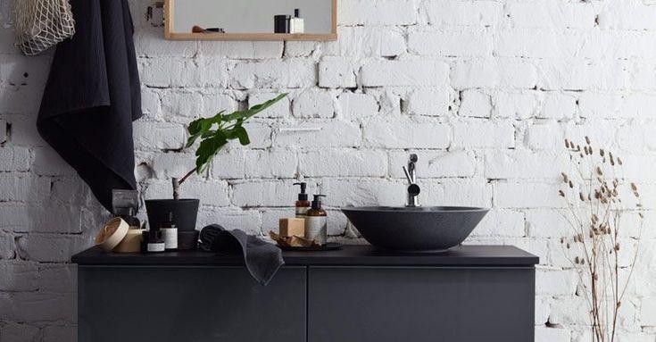 När man inreder ett badrum är det många bitar som måste bockas av. Det ska vara praktiskt, funktionellt och lättstädat och därtill ha en tidlös estetik då den fasta inredningen kopplad till installationer inte är lika lätt att möblera om och byta ut som i övriga rum. Här följer några tips för att skapa ett tidlöst och harmoniskt badrum.