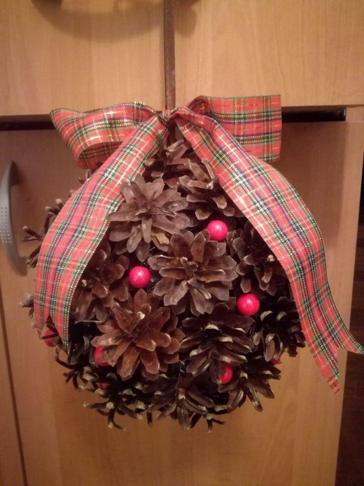 Świąteczny stroik - szyszkowa kula