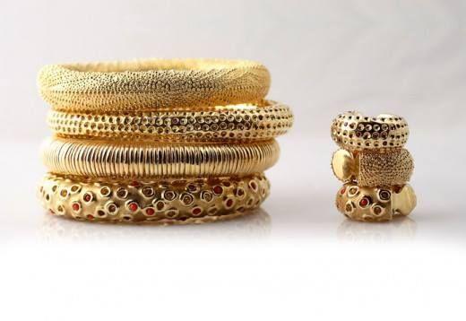 I bracciali e anelli da mignolo in oro semplice e oro con pietre (rubini e coralli). La spontaneità del segno e la naturalezza della forma liberano la mente da schemi e tecnicismi.