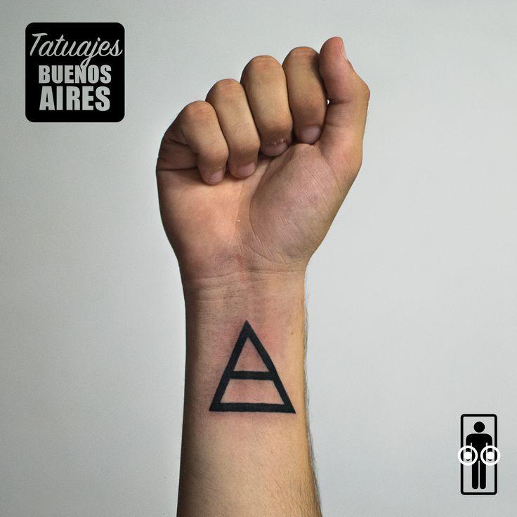 Tattoo figura geometrica triangulo minimalista  realizado en Tatuajes Buenos Aires, Tatuador: Jose Luis Segura Martinez Agenda tu cita Whatsapp  + 54 9 11 5882-5558 #tattoo #tatuaje #triangulo #poder #negro #hombre #humano #geometria #tatuajesbuenosaires #JoseLuisSeguraMartinez
