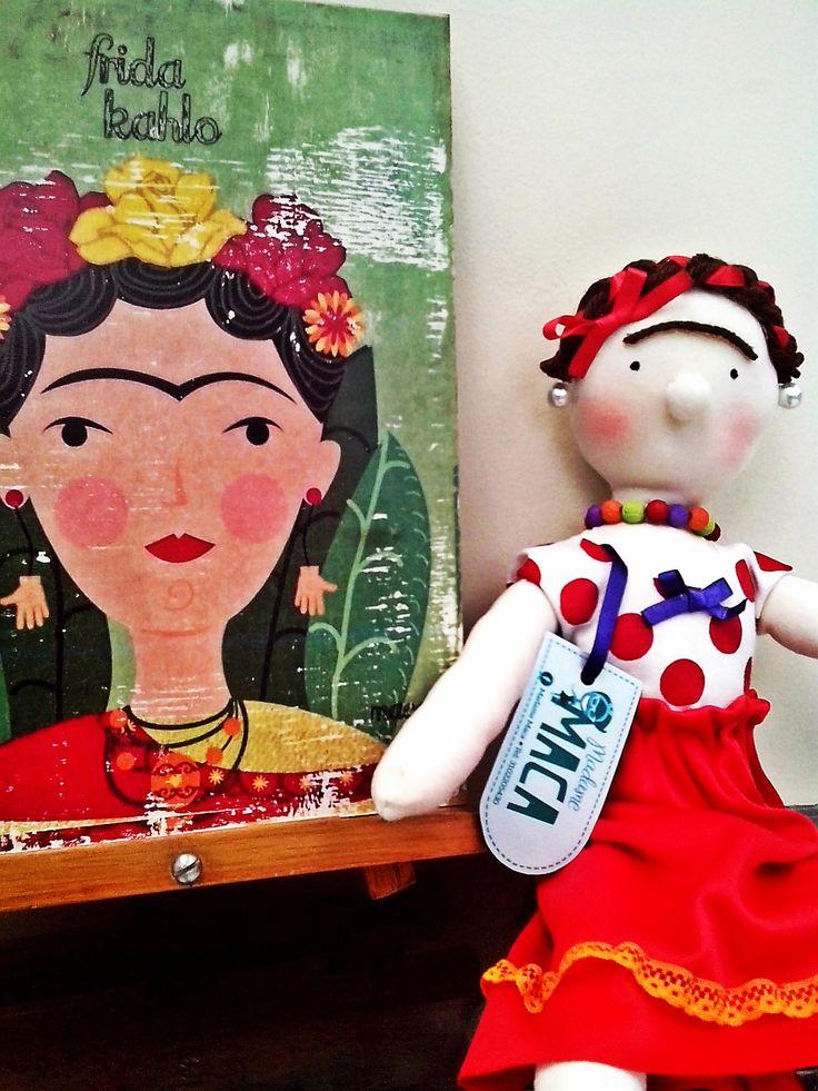 Muñeca de Frida Kahlo acompañada una ilustración inspirada en ella hecha por Madame Maca.
