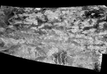 La luna più grande di Saturno ancora sotto l'obiettivo di Cassini. Le nuove immagini hanno inquadrato le dinamiche geologiche delle zone Shangri-la e Xanadu Annex