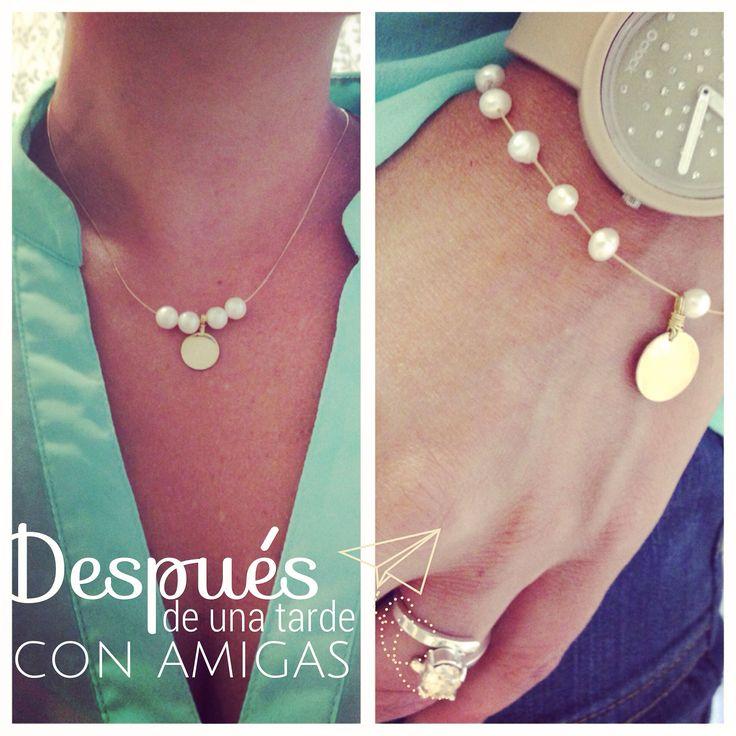 Collar y pulsera con placa en plata con baño en oro, perlas cultivadas y guaya dorada