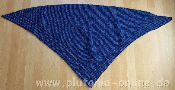 Dreieckstuch in Blautönen aus dem CraSy-Mosaik-Knitalong vom OZ-Verlag.