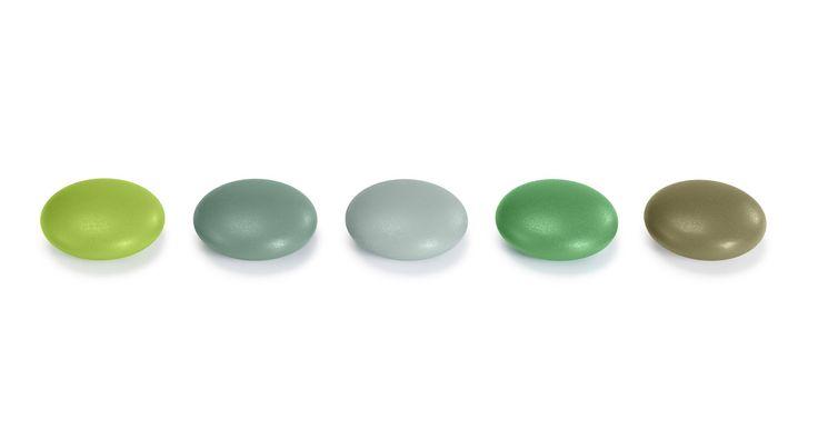 De organiske konturer af Magnet Dots genkalder en form af rullende sten. De er belagt med et lag af robust plast, og de små stærke magneter kan anvendes til at fastgøre noter eller papirer til væggen. Med deres levende farver og usædvanlige form, skaber de blikfang i både boliger og kontorer og kan også tjene sig som rent dekorative elementer.